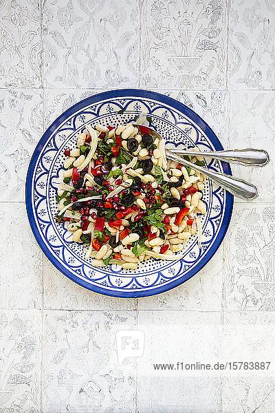 Orientalischer Bohnensalat auf Teller