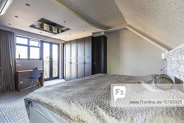 Innenansicht eines Schlafzimmers in einem luxuriösen Anwesen  London  UK