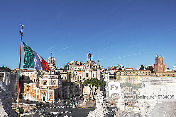 Italien  Rom  klarer blauer Himmel über der italienischen Flagge und der Piazza Venezia