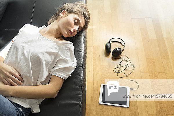 Porträt einer jungen Frau  die auf der Couch schläft