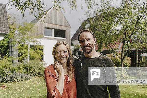 Glückliches Paar steht in ihrem Garten