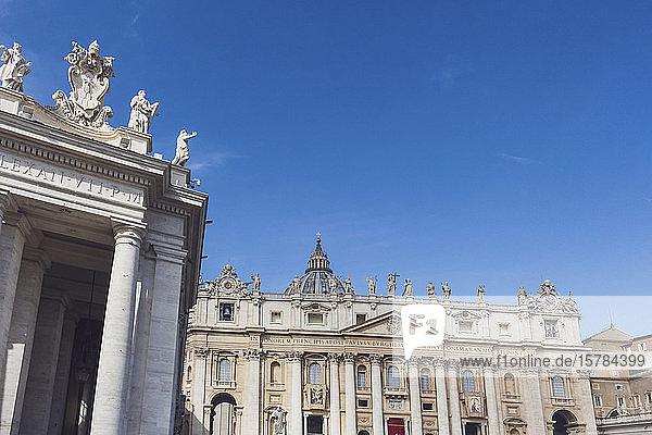 Italien  Rom  Kolonnade des Petersplatzes mit der Peters-Basilika im Hintergrund