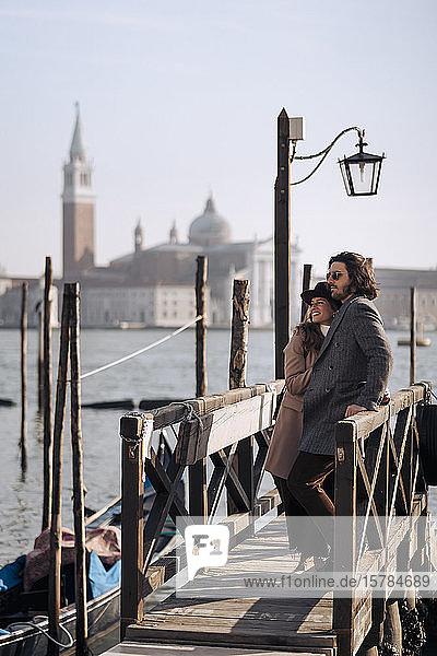 Junges Paar am Hafen von Venedig  Italien