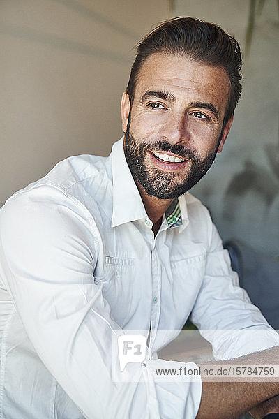 Porträt eines lächelnden Geschäftsmannes mit weißem Hemd