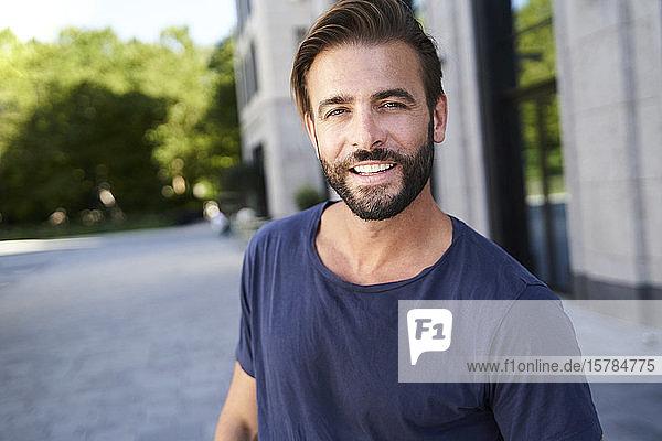 Porträt eines lächelnden Mannes in der Stadt