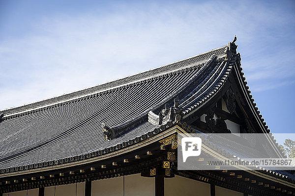 Japan  Präfektur Kyoto  Kyoto  Ziegeldach des buddhistischen Tempels Ninna-ji