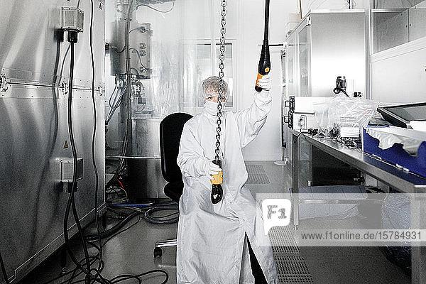 Junge in Arbeitskleidung in einem Labor