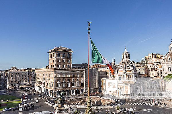 Italien  Rom  Italienische Flagge weht gegen Palazzo Bonaparte und Santa Maria di Loreto