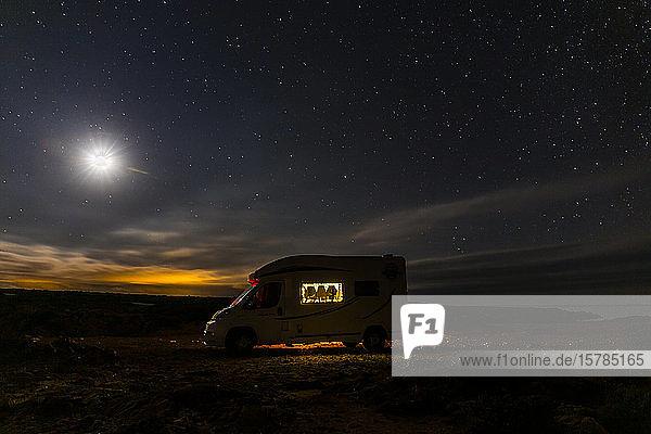Beleuchteter Wohnmobil-Parkplatz unter dem Sternenhimmel  Es Mercadal  Menorca  Spanien
