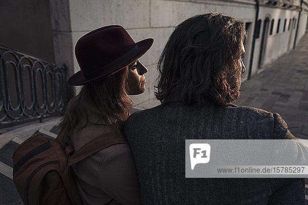 Rückansicht eines jungen Paares auf einer Brücke in der Stadt Venedig  Italien