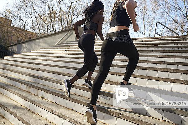 Zwei Sportlerinnen beim Treppentraining