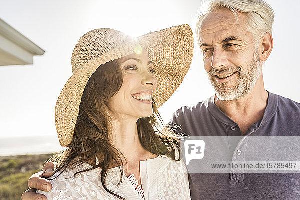 Porträt eines glücklichen Paares im Freien bei Sonnenuntergang