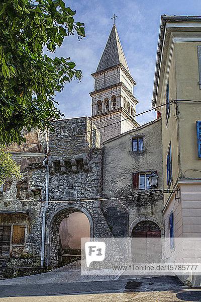 Stadttor und romanische Kirche St. Rok in Pican  Istrien  Kroatien
