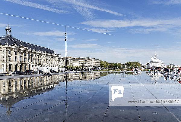 Frankreich  Gironde  Bordeaux  Blauer Himmel spiegelt sich im Pool Miroir dEau