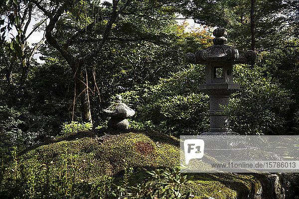 Japan  Präfektur Kyoto  Kyoto  Steinlaternen im Sogenchi-Garten