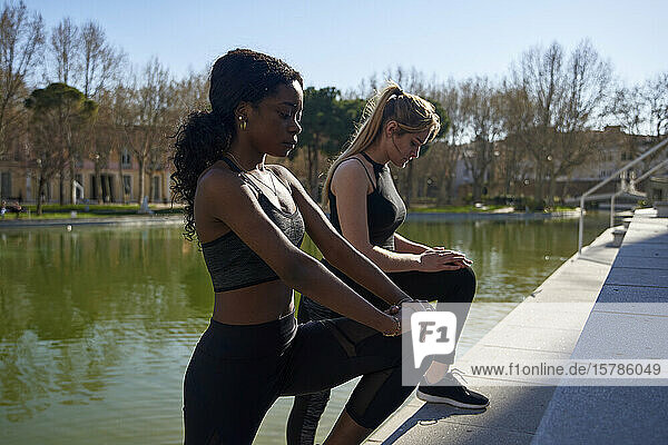 Zwei Sportlerinnen beim Beinstrecken