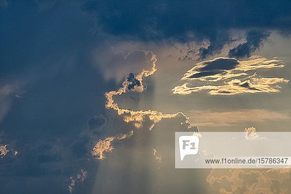 Deutschland  Baden-Württemberg  Friedrichshafen  Bewölkter Himmel in der Abenddämmerung