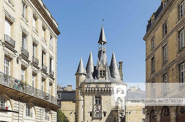 Frankreich  Gironde  Bordeaux  Porte Cailhau mittelalterliches Tor zwischen den Wohngebäuden der Altstadt