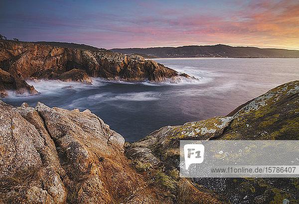 Spanien  Provinz A Coruna  Ferrol  Lange Exposition der Küstenlandschaft in der Abenddämmerung