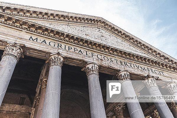 Italien  Rom  Niedrigwinkelansicht der Pantheon-Kolonnade