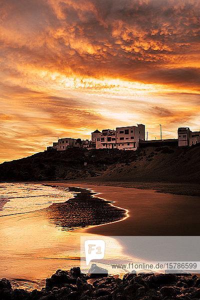 Spanien  Teneriffa  Küstenlinie bei Sonnenuntergang