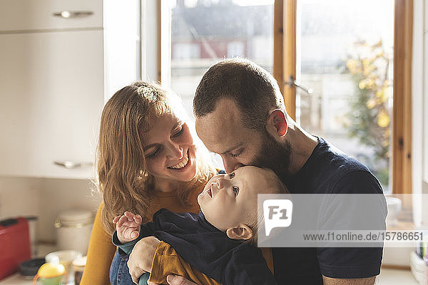 Glückliche  liebevolle Familie in der heimischen Küche