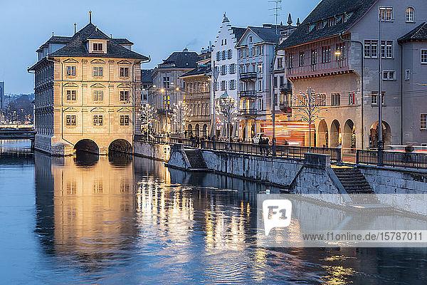 Schweiz  Zürich  Rathaus und Limmat in der Abenddämmerung