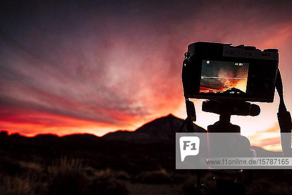 Spanien  Teneriffa  Kamera auf Stativ in Landschaft bei Sonnenuntergang
