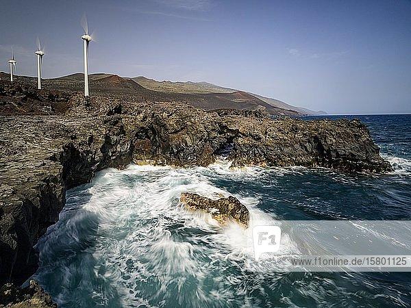 Windkrafträder zur Stromerzeugung an der Atlantikküste  La Palma  Kanaren  Spanien  Europa