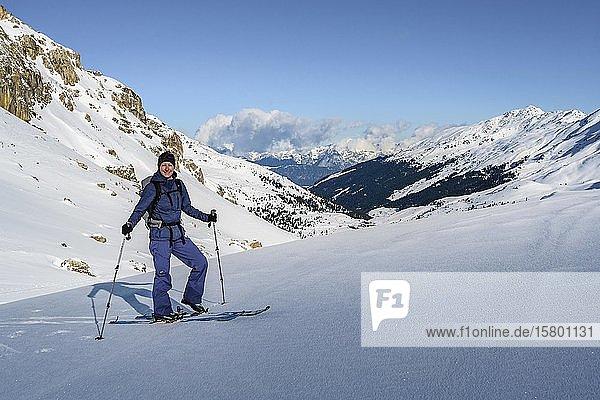 Skitourengeherin im Schnee  Wattentaler Lizum  Tuxer Alpen  Tirol  Österreich  Europa