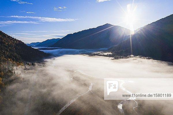 Nebelbank über Isar nahe Vorderriß  im Herbst  bei Lenggries  Isarwinkel  Luftbild  Oberbayern  Bayern  Deutschland  Europa