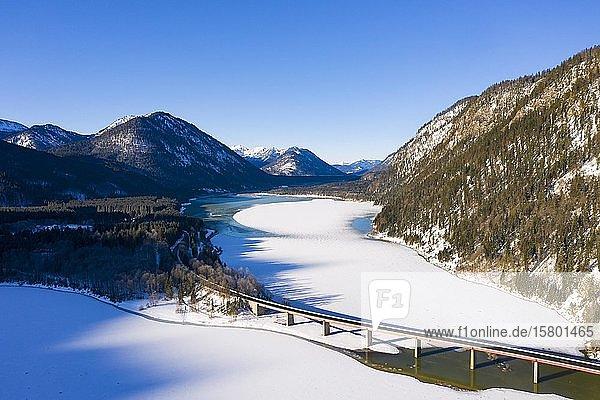 Brücke über Sylvensteinsee  Luftaufnahme  Lenggries  Isarwinkel  Oberbayern  Bayern  Deutschland  Europa