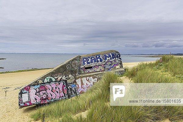 Bunkeranlage aus dem 2.Weltkrieg mit Graffiti am Strand von Saint Pierre  Locmariaquer  Département Morbihan  Frankreich  Europa