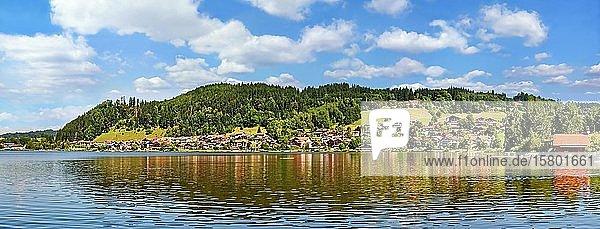 Weißblauer Himmel über den Hopfensee  Hopfen am See  Bayern  Deutschland  Europa