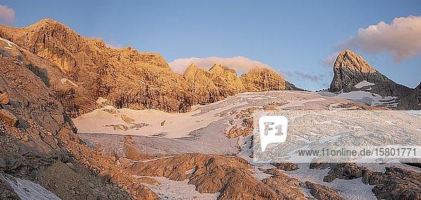 Abendstimmung  Alpine Landschaft  Großer Gosaugletscher  Berge von links nach rechts Mitterspitz  Hoher und Niederer Dachstein  Hohes Kreuz  Salzkammergut  Oberösterreich  Österreich  Europa