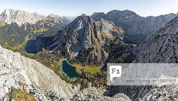 Blick auf Seebensee von der Ehrwalder Sonnenspitze  links Leutaschtal  mitte Vorderer und Hinterer Tajakopf  rechts Drachensee  Ehrwald  Mieminger Kette  Tirol  Österreich  Europa