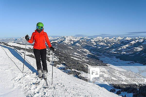 Skier standing on ski slope  mountain panorama in the back  SkiWelt Wilder Kaiser  Brixen im Thale  Tyrol  Austria  Europe