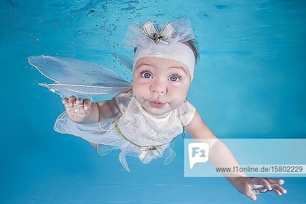 Kleines Mädchen im Elfen Kostüm taucht in einem Schwimmbad unter Wasser  Ukraine  Europa