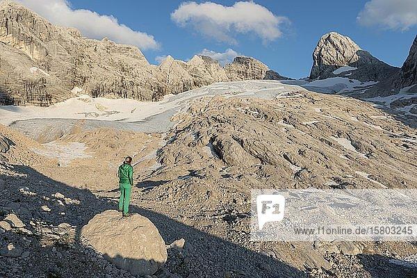Wanderin blickt auf alpine Landschaft  Großer Gosaugletscher  Mitterspitz Hoher und Niederer Dachstein  Salzkammergut  Oberösterreich  Österreich  Europa