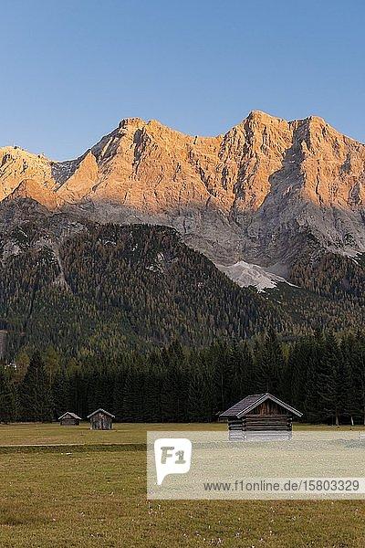Wiese mit Heustadln  Sonnenuntergang an der Zugspitze  Wettersteingebirge  Werdenfelser Land  Oberbayern  Bayern  Deutschland  Europa
