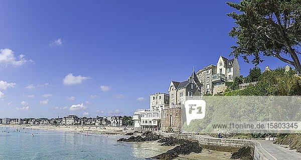 Badeort mit Strand und Promenadenweg  Saint-Cast-le-Guildo  Département Côtes-d?Armor  Frankreich  Europa