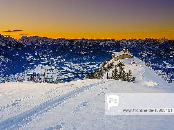 Kehlsteinhaus bei Abenddämmerung  einsame Skispur am Kehlstein  Winterlandschaft  Nationalpark Berchtesgaden  Berchtesgadener Alpen  Schönau am Königssee  Berchtesgadener Land  Oberbayern  Bayern  Deutschland  Europa