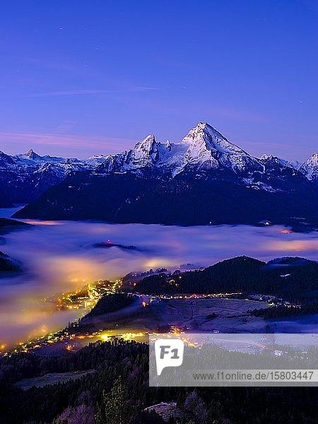 Nebel im Talkessel von Berchtesgaden  hinten der Watzmann  Morgendämmerung  Winterlandschaft  Berchtesgaden  Schönau am Königssee  Berchtesgadener Land  Oberbayern  Bayern  Deutschland  Europa