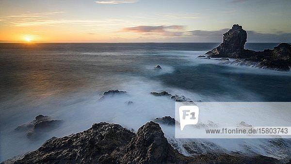 Sonnenuntergang an der Küste von La Palma  La Palma  Kanaren  Spanien  Europa