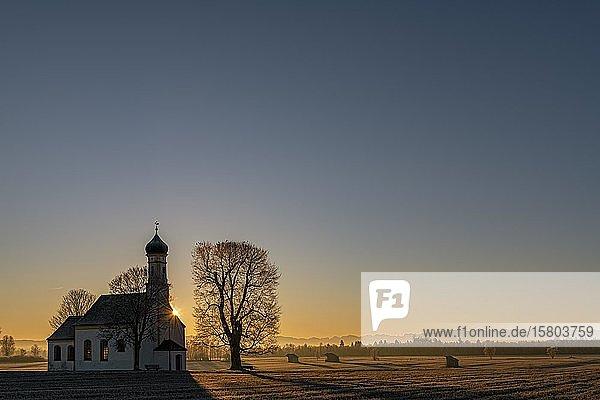 Kapelle St. Johann in erstem Morgenlicht  Raisting  Oberbayern  Bayern  Deutschland  Europa