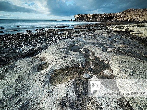 Blank geschliffene Steine bei Ebbe an einer Küstenlandschaft  La Pared  Fuerteventura  Kanaren  Spanien  Europa