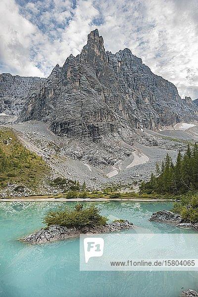 Türkisgrüner Sorapis See  Lago di Sorapis und Bergspitze Dito di Dio  Dolomiten  Belluno  Italien  Europa