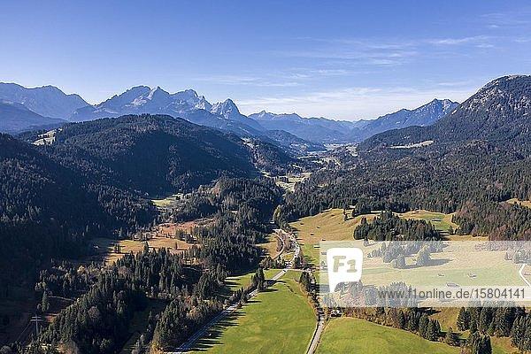 Luftaufnahme  Bayrische Voralpenlandschaft bei Krün  Werdenfelser Land  Wettersteingebirge  Oberbayern  Bayern  Deutschland  Europa