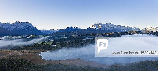 Nebelschwaden über Barmsee bei Krün  Karwendel und Wettersteingebirge  Werdenfelser Land  Drohnenaufnahme  Oberbayern  Bayern  Deutschland  Europa