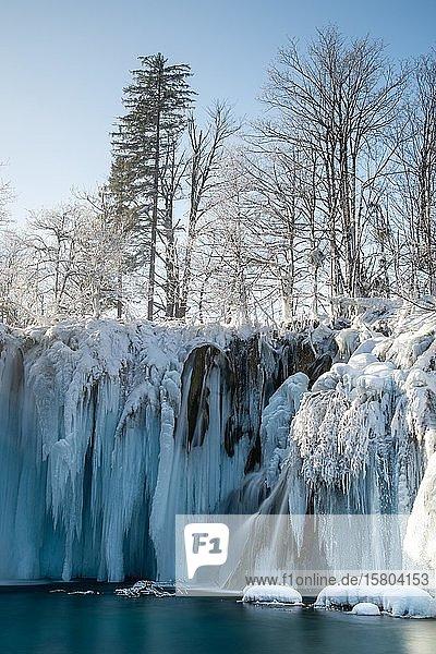 Vereister Wasserfall  Winterlandschaft  Plitvice  Kroatien  Europa